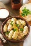 圆白菜卷服务与酸性稀奶油、面包和酒 Dolma、sarma, sarmale, golubtsy或者golabki 库存照片