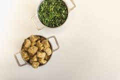 圆白菜和脆皮伴随feijoada,巴西典型的盘 图库摄影