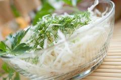 圆白菜在一个透明碗的沙拉特写镜头 免版税库存照片