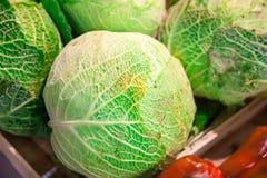 圆白菜头在一个柜台的在市场上 免版税库存图片