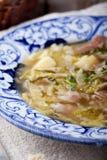 圆白菜汤用烟肉,土豆,肉,陶瓷板材,面包 免版税库存照片