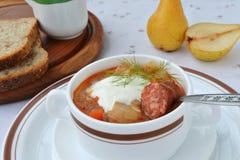 圆白菜汤用香肠。 免版税图库摄影