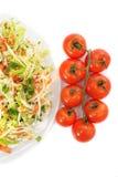 圆白菜沙拉和蕃茄在白色背景 库存图片