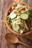 圆白菜沙拉用在碗垂直的顶视图的黄瓜 免版税库存图片