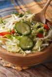 圆白菜沙拉用黄瓜和胡椒,垂直 免版税库存照片