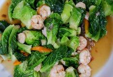圆白菜油煎用虾 免版税库存图片