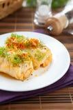 圆白菜滚用米和蘑菇在牌照 图库摄影
