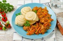 圆白菜炖煮的食物用小圆面包在火轮烹调了 库存照片