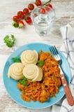 圆白菜炖煮的食物用小圆面包在火轮烹调了 免版税库存图片