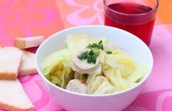 圆白菜炖煮的食物 免版税库存照片