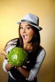 圆白菜绿色俏丽的微笑的妇女年轻人 免版税库存图片