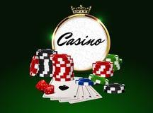 圆的与冠的赌博娱乐场金黄框架,堆纸牌筹码,一点卡片和红色模子 免版税库存照片