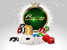 圆的与冠的赌博娱乐场金黄框架,堆纸牌筹码,一点卡片和红色模子 免版税图库摄影