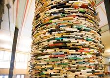 圆的书架在图书馆的大厅里 免版税库存图片