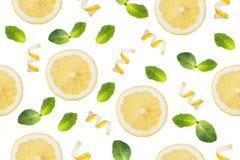 圆的切片柠檬,削片柠檬味和在白色背景的薄荷叶的无缝的样式 孤立 库存图片