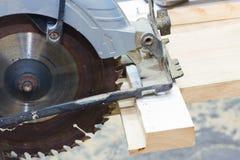 圆的剪切锯木头 免版税库存照片