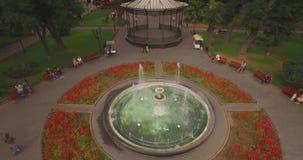 圆的喷泉在城市庭院里 影视素材