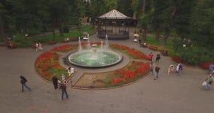 圆的喷泉在城市庭院里 股票录像