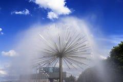 圆的喷泉在Dnipro市,美丽的云彩,春天,夏天都市风景 第聂伯罗彼得罗夫斯克,乌克兰 免版税库存照片