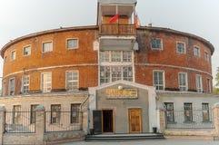 圆的城市浴的大厦在秋明州 俄国 免版税库存图片