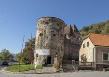 圆的塔东南角落,圣迈克尔被加强的教会  免版税图库摄影