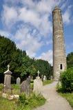 圆的塔和公墓在Glendalough,爱尔兰 库存图片