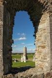 圆的塔和坟茔。Clonmacnoise。爱尔兰 免版税库存图片