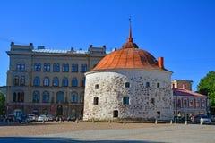 圆的塔& x28; Pyöreätorni& x29;在集市广场在维堡,俄罗斯 免版税库存照片