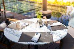 圆的大理石石桌在有准备的室外餐馆 免版税库存图片