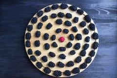 圆的套黑莓和一个莓在木盘子 免版税库存照片