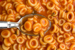圆的意粉接近的看法在西红柿酱的与匙子 免版税库存照片
