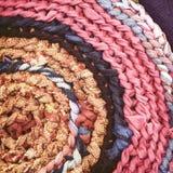 圆的手工制造地毯特写镜头背景 免版税图库摄影