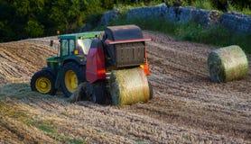 圆的打包机是一个农业机器 库存图片