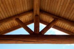 圆的木构架加布尔顶梁 库存照片