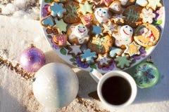 圆的板材用以心脏、星、花、圣诞树、圣诞老人和雪人的形式五颜六色的姜曲奇饼 免版税库存图片