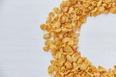 圆的框架标示用玉米片 在一张木桌上驱散的玉米片 免版税库存图片