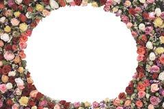 圆的框架由玫瑰做成在与拷贝空间的白色背景开花您的文本的 葡萄酒卡片,平的位置,顶视图 夏天弗洛尔 免版税库存图片
