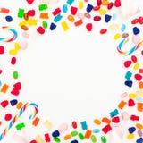 圆的框架由被分类的色的糖果制成在白色背景 平的位置,顶视图 图库摄影