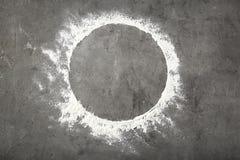 圆的框架由面粉制成在灰色背景 库存图片