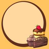 圆的框架装饰了蛋糕用草莓和巧克力杯形蛋糕 免版税库存照片