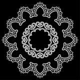 圆的框架-花卉鞋带装饰品-在黑背景的白色 免版税库存照片