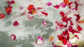 圆的泡末浴是玫瑰花瓣并且去淋浴 股票录像