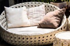圆的现代家具藤椅 免版税库存图片