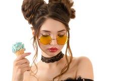圆的玻璃的肉欲的性感的深色的妇女与冰淇凌在手中 免版税库存照片
