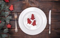 圆的白色陶瓷板材和葡萄酒叉子和刀子 库存照片