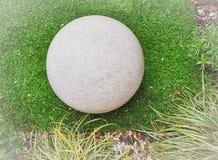 圆的石球禅宗样式庭院 图库摄影