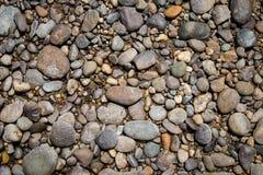 圆的石头自然本底在海滩的 图库摄影