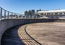 圆的码头在城市 免版税库存图片