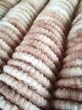 圆的稀薄的饼干洒与糖 照片垂直格式 纹理或背景 库存图片