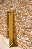 圆的议院:与石灰石墙壁的门细节 免版税库存图片
